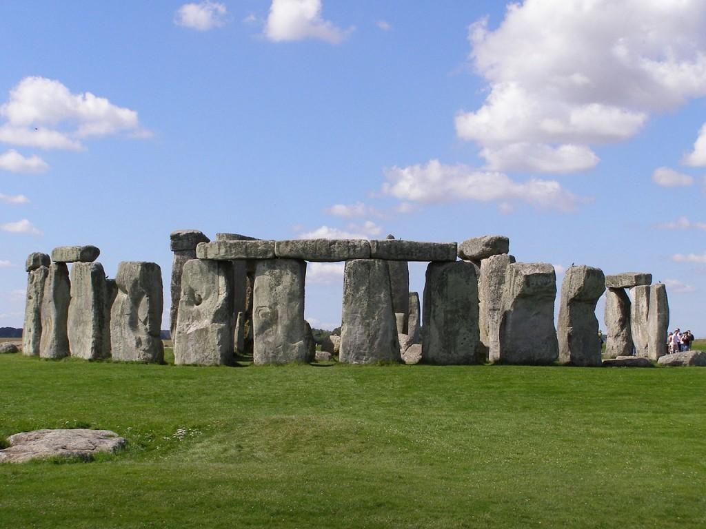 1280px-Stonehenge2007_07_30